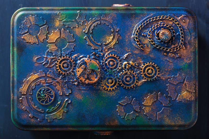 Den handgjorda steampunkasken med mekaniska kuggar rullar urverk arkivbilder