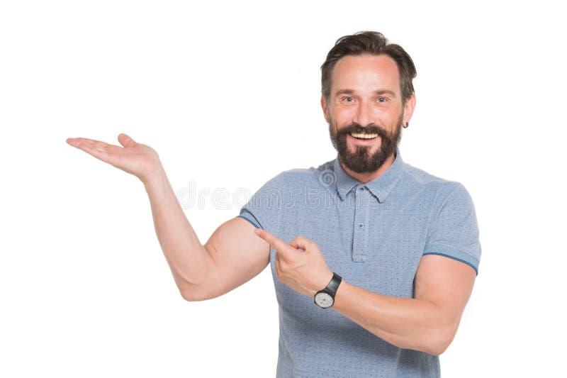 Den hans gladde skäggiga mannen som håller, gömma i handflatan upp och peka åt sidan royaltyfri foto