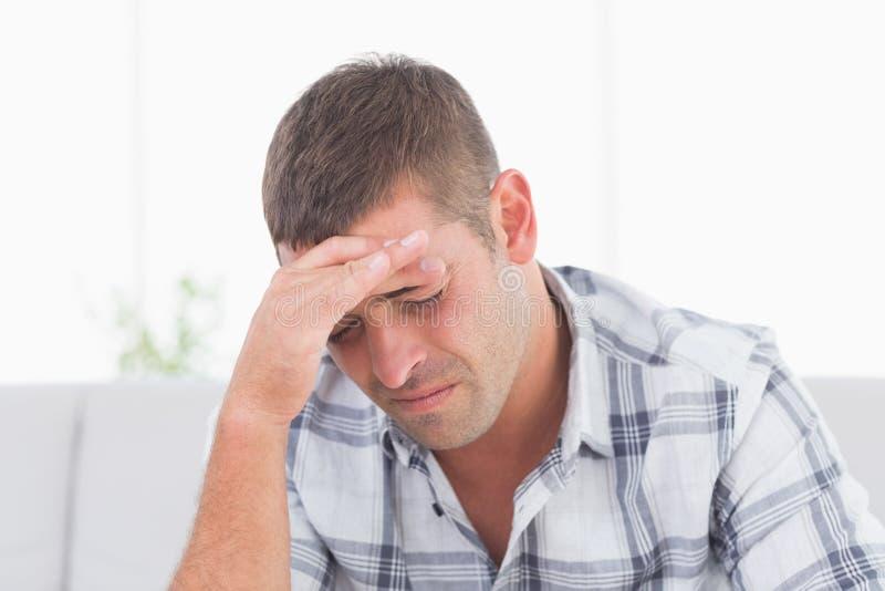 den head mannen smärtar att lida arkivfoto