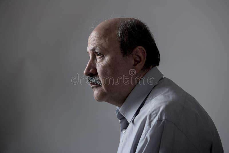 Den Head ståenden av den mogna gamala mannen för pensionären på hans 60-tal som ser ledset och bekymrat lidande, smärtar och förd royaltyfria bilder