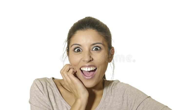 Den Head ståenden av den unga galna lyckliga och upphetsade latinamerikanska kvinna30-tal i överraskning och gör häpen framsidaut arkivfoto