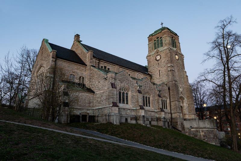 Den helgonStephens kyrkan Stefanskyrka i Vanadislunden parkerar i Stockholm Sverige royaltyfri bild