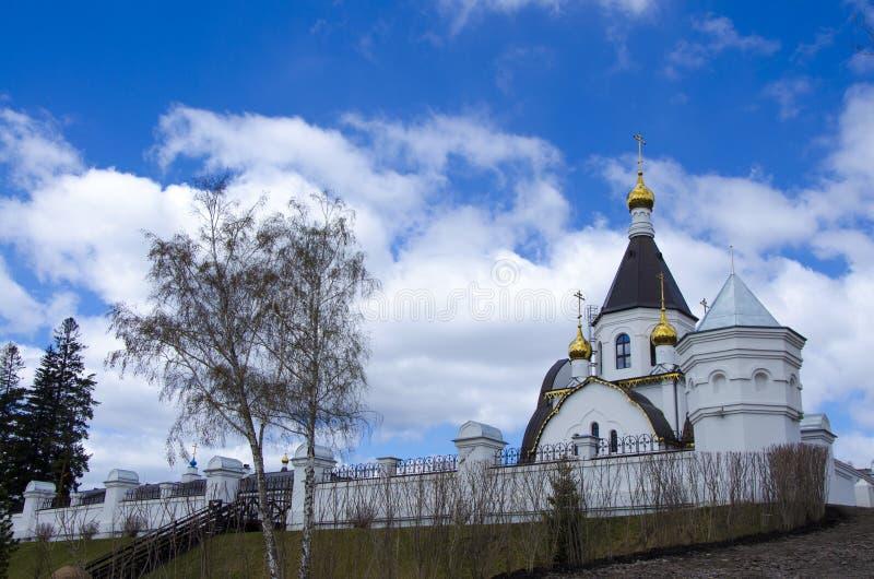 Den heliga antagandekloster av det Krasnoyarsk stiftet, den ryska ortodoxa kyrkan som lokaliseras på bankerna av Yeniseiet River, royaltyfria bilder