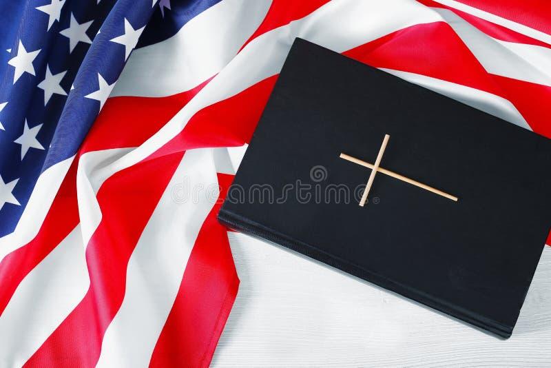 Den heliga bibeln och amerikanska flaggan arkivfoton