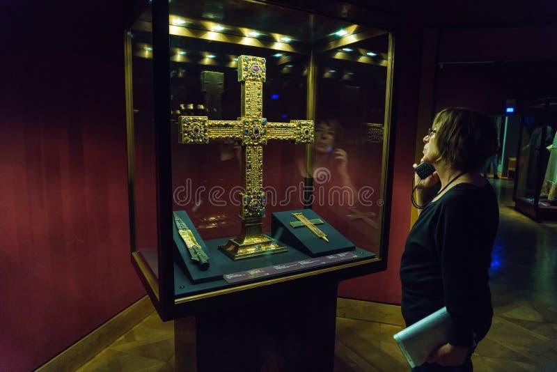 Den heliga lancen, partikel av det riktiga korset och imperialistiskt kors, V royaltyfri fotografi