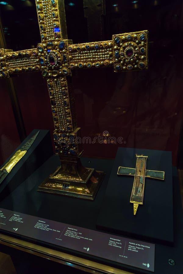 Den heliga lancen, partikel av det riktiga korset och imperialistiskt kors, V royaltyfria bilder