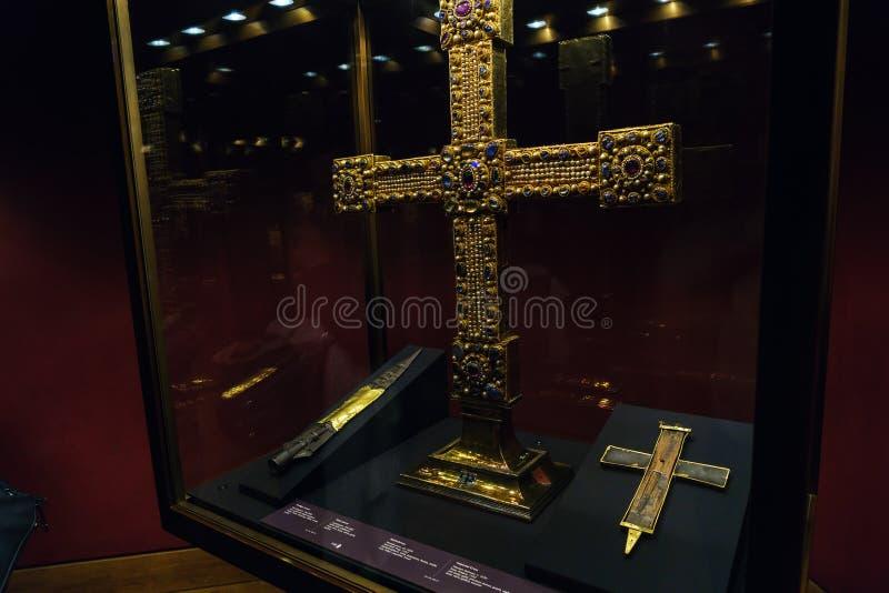 Den heliga lancen, partikel av det riktiga korset och imperialistiskt kors, V arkivfoto