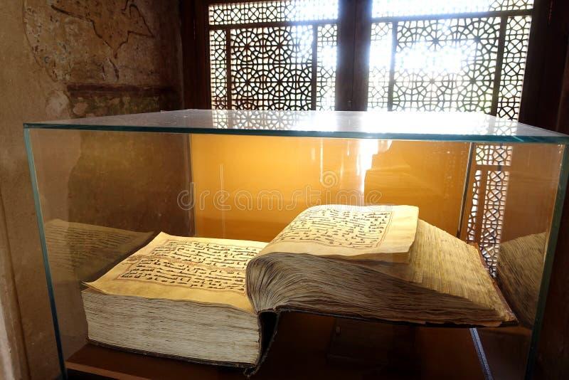 Den heliga quranen i kufic skrift i Iran arkivbild