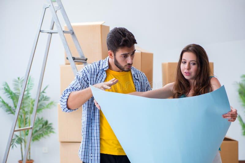 Den hem- renoveringen för ung familjeplanering i diy begrepp arkivfoto