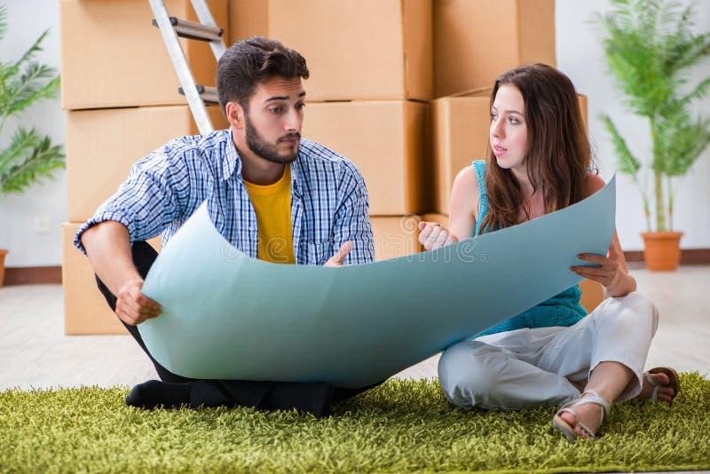 Den hem- renoveringen för ung familjeplanering i diy begrepp royaltyfri fotografi