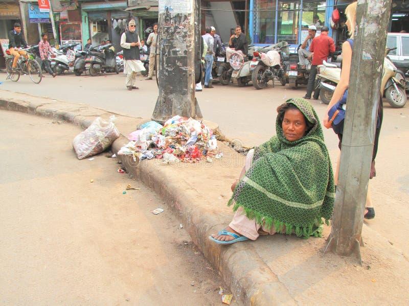 Den hemlösa kvinnan väntar något nästan moskén in arkivfoto