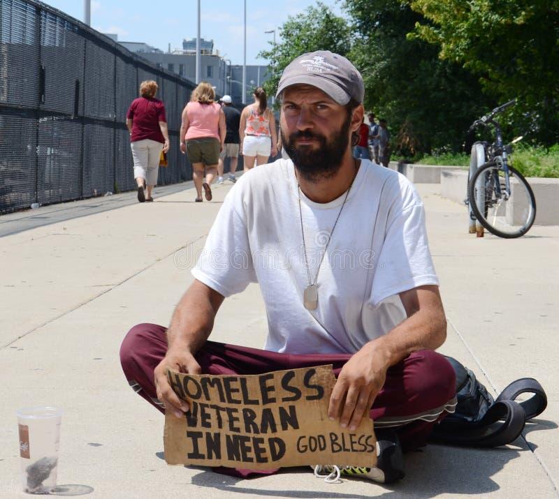 Den hemlösa veteran tigger för pengarraksträcka på royaltyfri bild