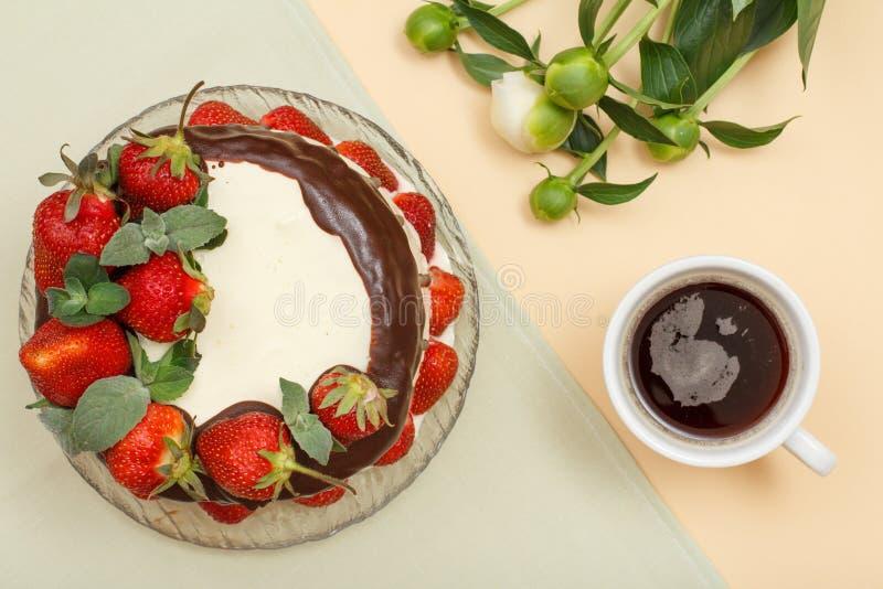 Den hemlagade chokladkakan dekorerade med nya jordgubbar på gla arkivfoto