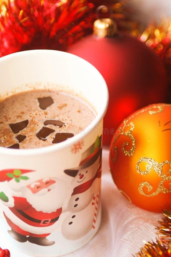 Den hemlagade drinken för varm choklad med mjölkar arkivfoto