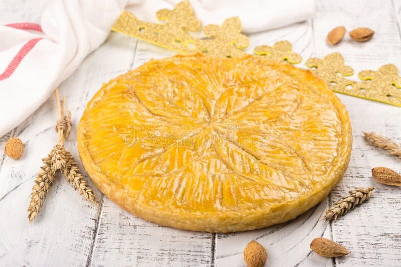 Den hemlagade kakan för Galette des Rois med handgjorda konungar krönar Traditionell fransk Epiphanykaka med jordmandeln royaltyfria bilder