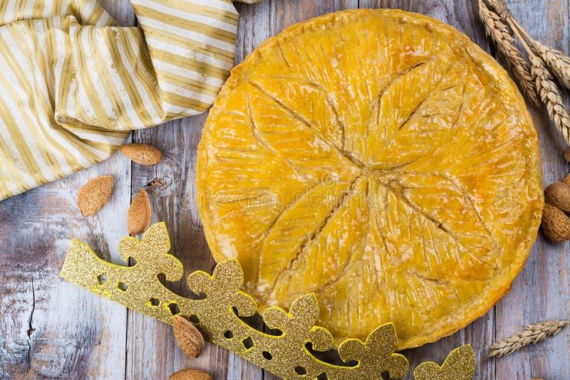 Den hemlagade kakan för Galette des Rois med handgjorda konungar krönar Traditionell fransk Epiphanykaka med jordmandeln royaltyfria foton