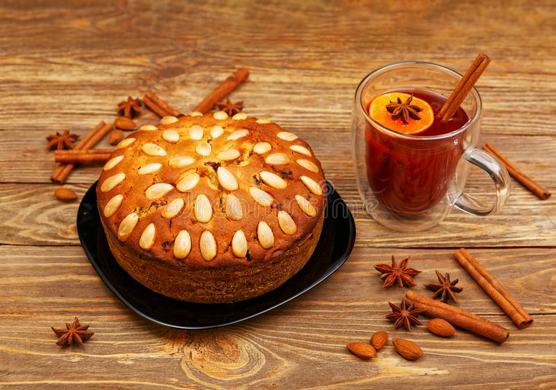 Den hemlagade kakan med mandlar och rånar av funderat vin arkivbilder