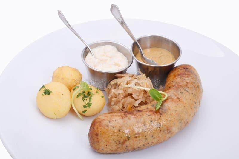 Den hemlagade korven med kokat behandla som ett barn potatisar och stekt kål royaltyfri fotografi