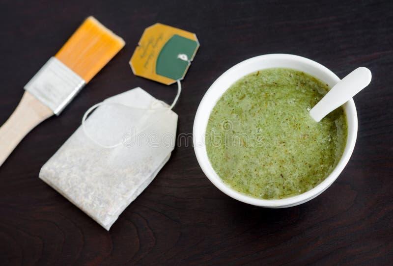 Den hemlagade naturliga maskeringen skurar med havet extrakten för salt och grönt te Diy skönhetsmedel arkivbild