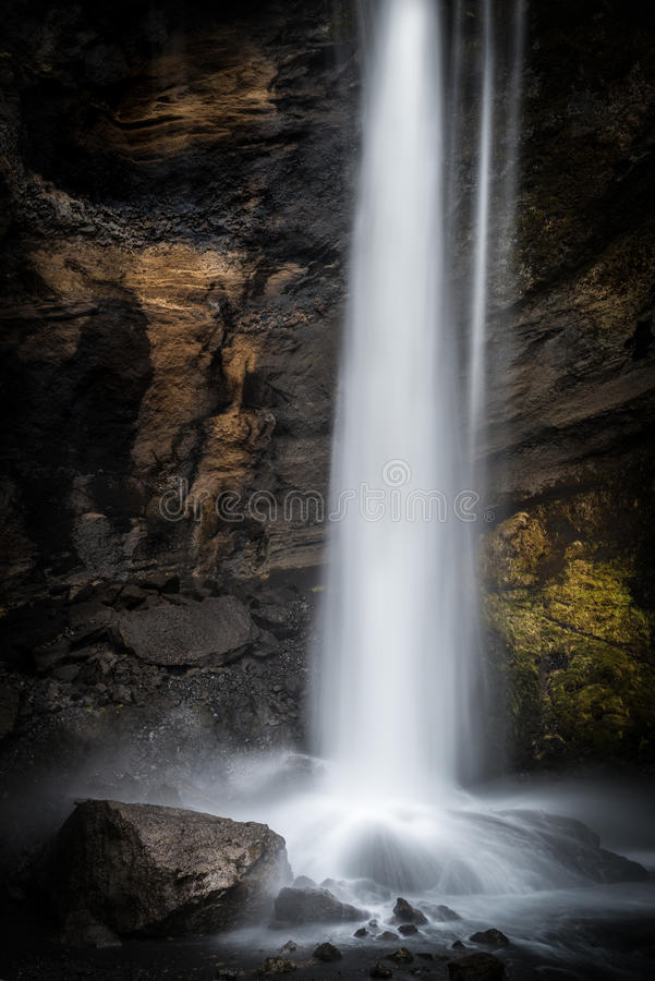 Den hemliga vattenfallet av Kvernufoss i sydliga Island fotografering för bildbyråer