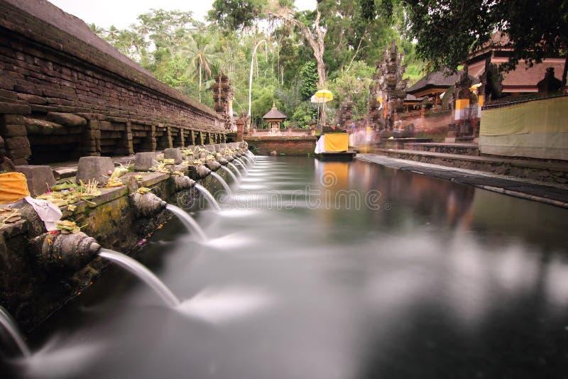 Den rituella badningen slår samman på Puru Tirtha Empul, Bali royaltyfri bild