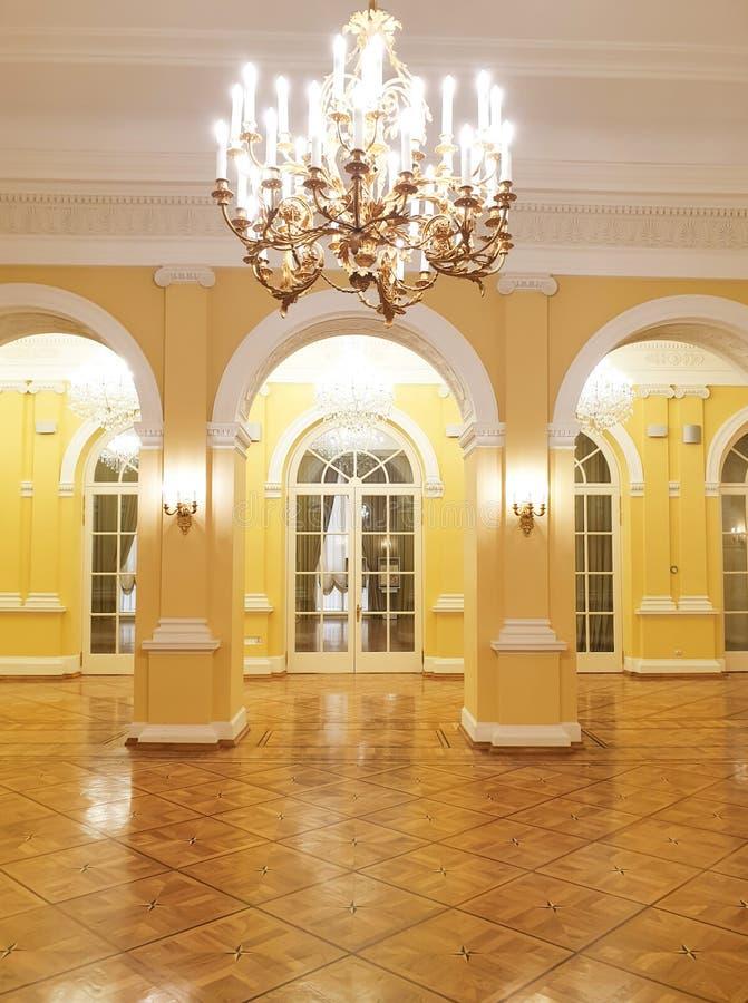 Den historiska inre av den huvudsakliga korridoren royaltyfria foton