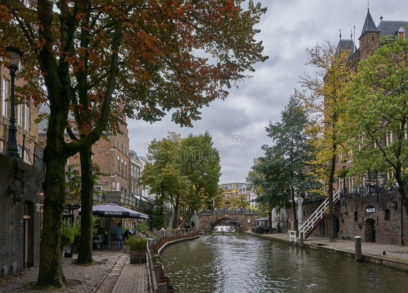 Den historiska kanalen i staden Utrechts centrum i Nederländerna under fallet med blad som täcker marken fotografering för bildbyråer