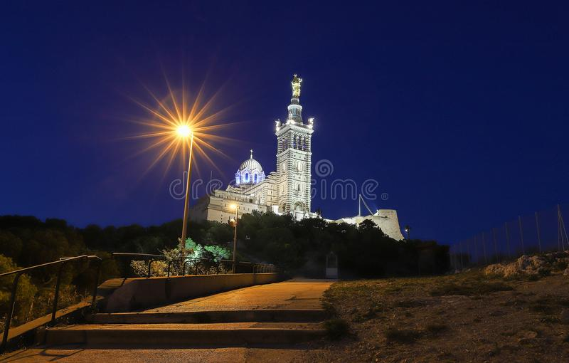 Den historiska kyrkliga Notren Dame de la Garde av Marseille i södra Frankrike på natten royaltyfria foton