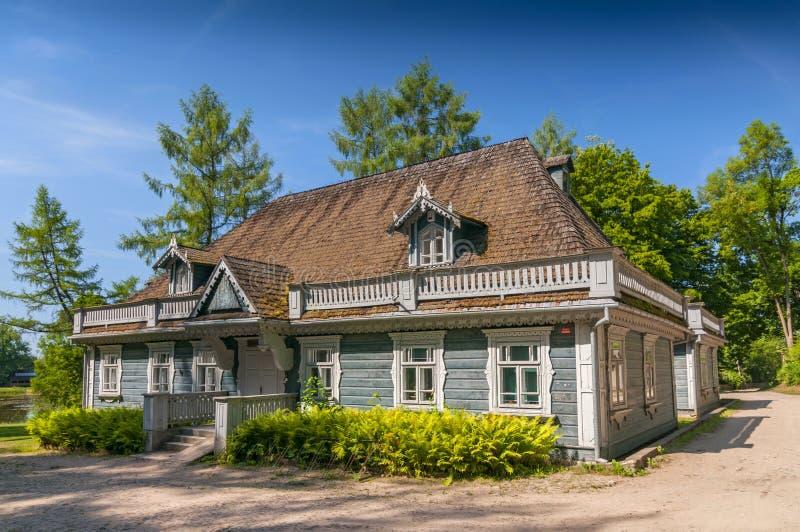 Den historiska mangårdsbyggnaden som placeras i slott, parkerar att datera från 1845, den äldsta byggnaden i den Bialowieza stade royaltyfria foton