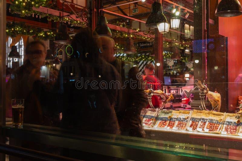 Den historiska Mercado de San Miguel är en charmerande täckt livsmedelsmarknad som behåller sin ursprungliga järnstruktur från 19 arkivbilder