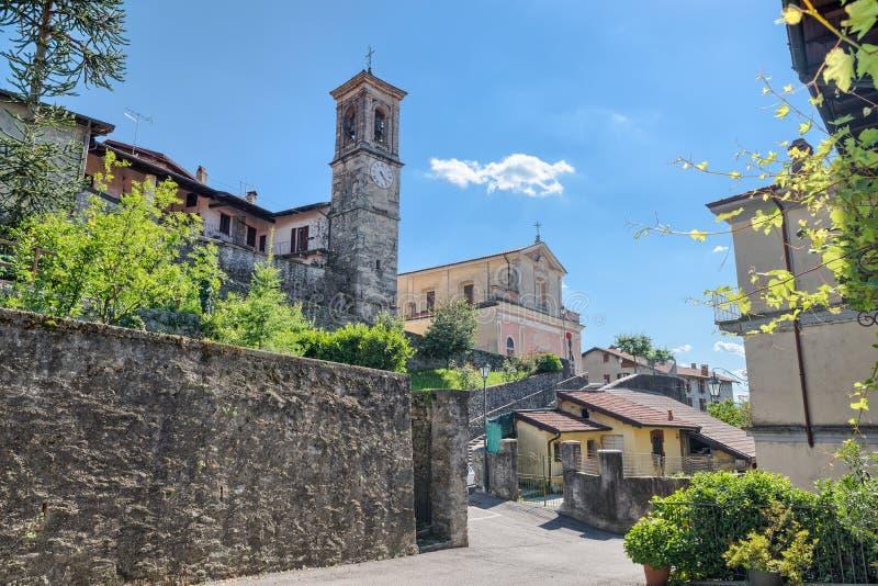 Den historiska mitten av Azzio, by i norr Italien på kanten av den Campo deien regionala Fiori parkerar, landskapet av Varese arkivbilder