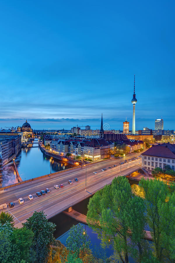 Den historiska mitten av Berlin efter solnedgång arkivbilder