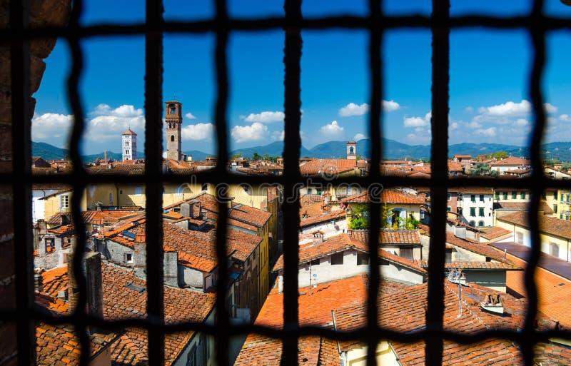 Den historiska mitten av den medeltida staden Lucca med gamla byggnader, den typiska orange terrakottan belade med tegel tak royaltyfria foton