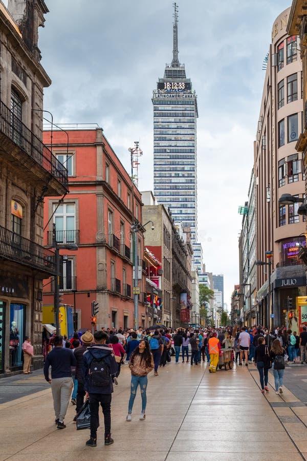 Den historiska mitten av Mexico - stad med en sikt av latin - amerikanskt torn royaltyfri bild