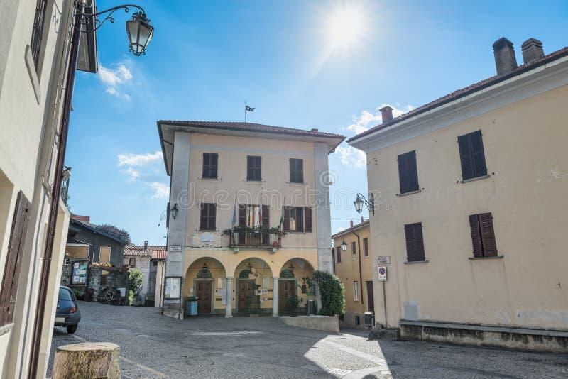 Den historiska mitten av Orino, by i norr Italien i den Campo deien regionala Fiori parkerar, landskapet av Varese arkivbilder