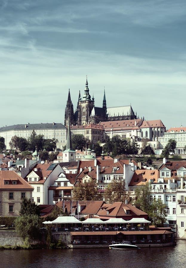Den historiska mitten av Prague Gammal europeisk stad på banken av floden royaltyfria foton