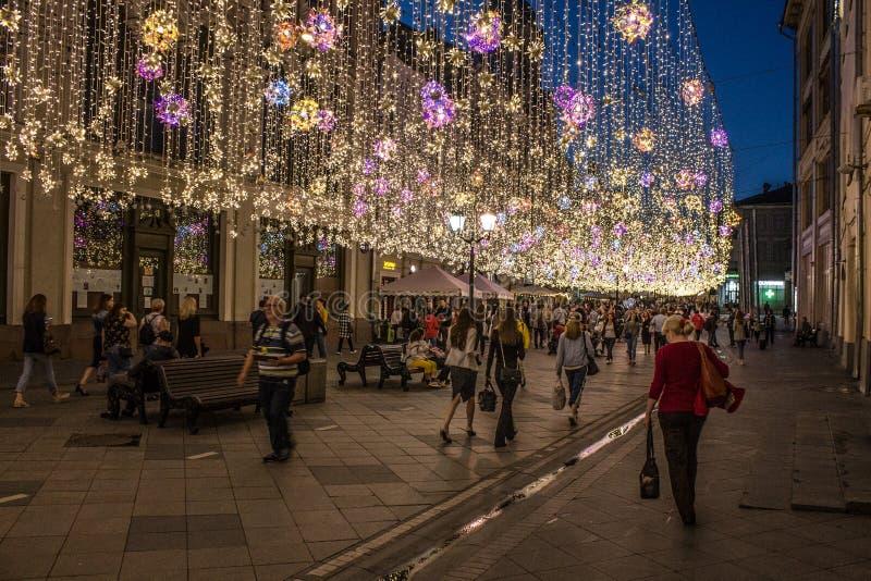 Den historiska Nikolskaya gatan med härlig nattbelysning av Moskva Ryssland royaltyfria foton