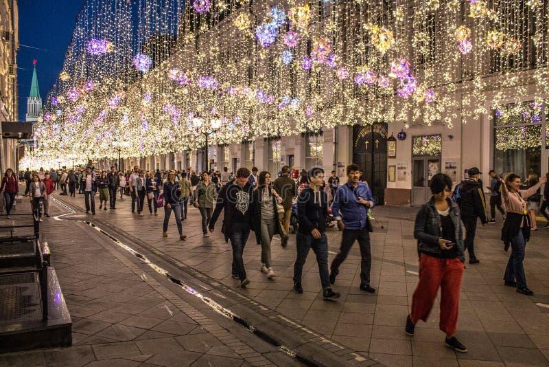 Den historiska Nikolskaya gatan med härlig nattbelysning av Moskva Ryssland fotografering för bildbyråer