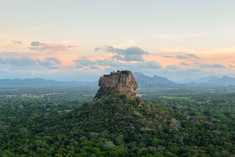 Den historiska Sigiriyaen vaggar fästningen omges av ett hisnande landskap royaltyfri fotografi