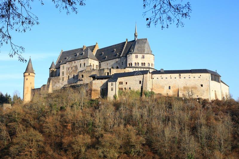 Den historiska slotten Vianden på bergstoppet ovanför byn i Luxembourg, arkivbild