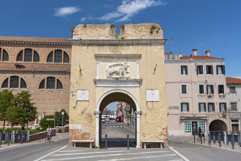 Den historiska staden Porta Garibaldi o Torre Santa Maria på Corso del Popolo i Chioggia, Venedig, Veneto, Italien royaltyfria foton