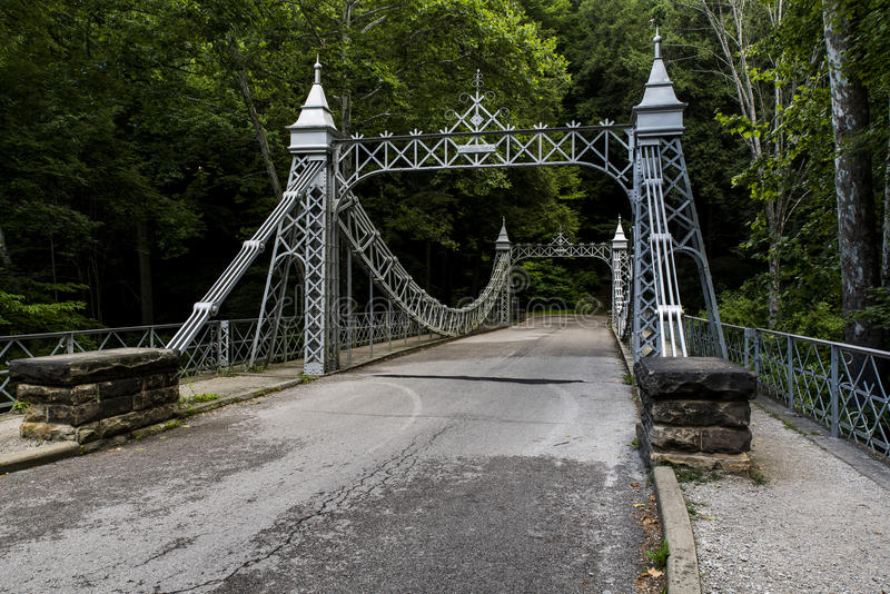 Den historiska upphängningbron - mala liten vik parkerar, Youngstown, Ohio arkivbilder