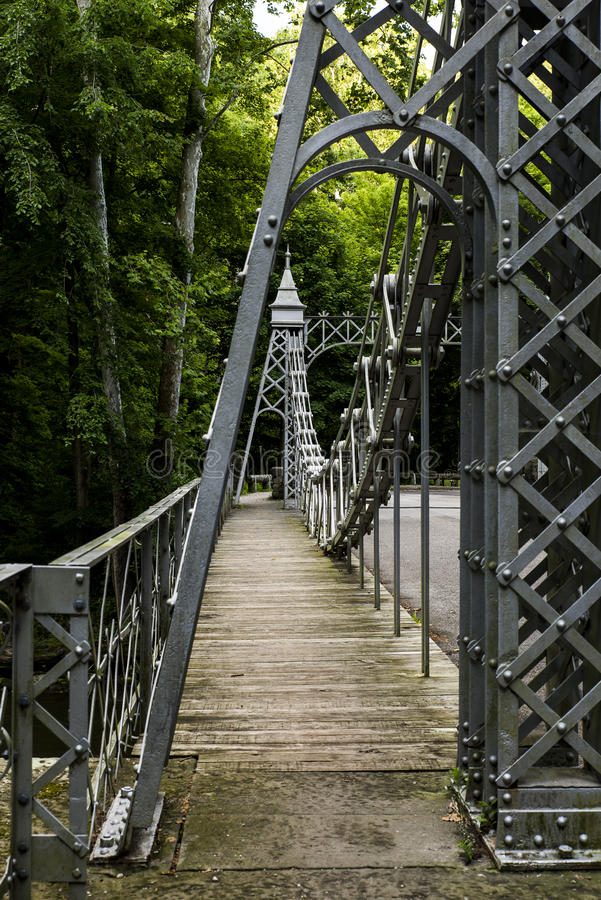 Den historiska upphängningbron - mala liten vik parkerar, Youngstown, Ohio arkivfoton