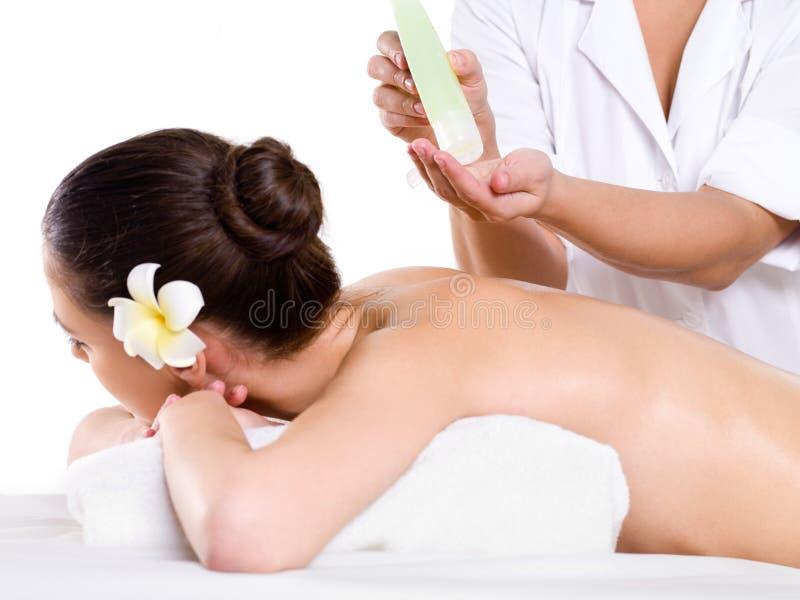 den hiva massagen oils salongbrunnsortkvinnan royaltyfri fotografi