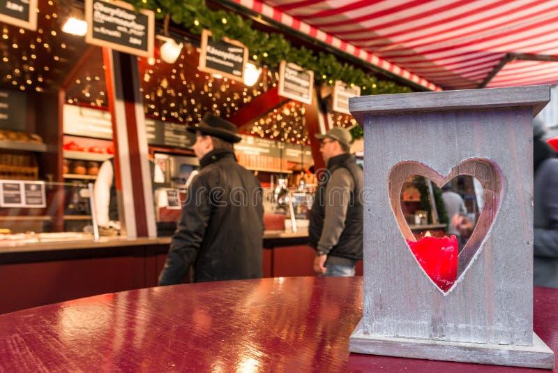 Den hjärta formade lyktan på jul marknadsför i Regensburg, Tyskland royaltyfri foto
