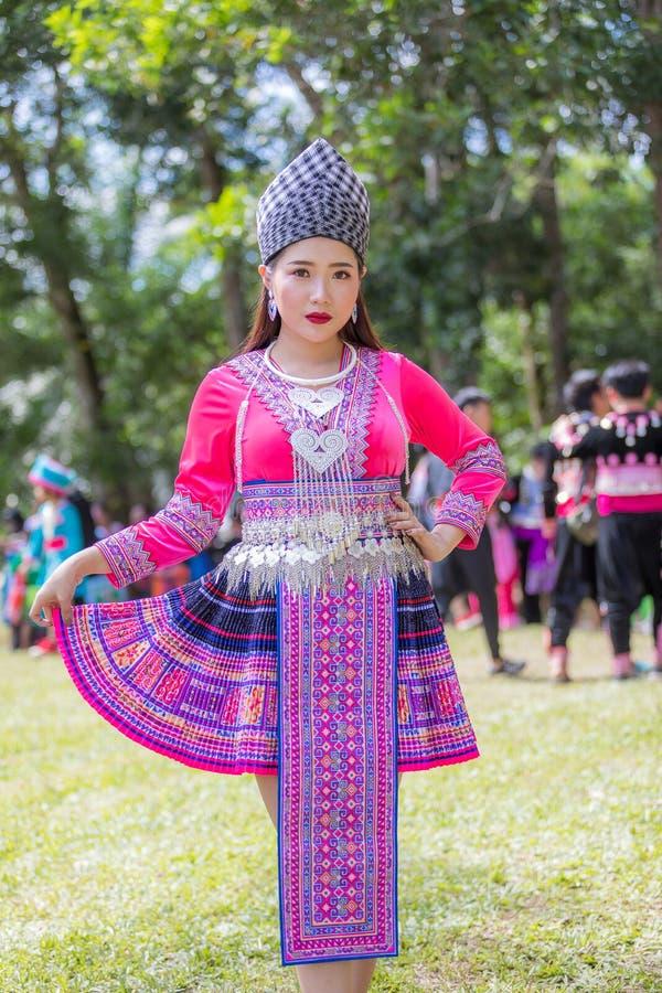 Den Hmong flickan i den färgrika härliga klänningen och mode blandade mellan ny och gammal kultur, är handgjorda för festival Hmo royaltyfri foto