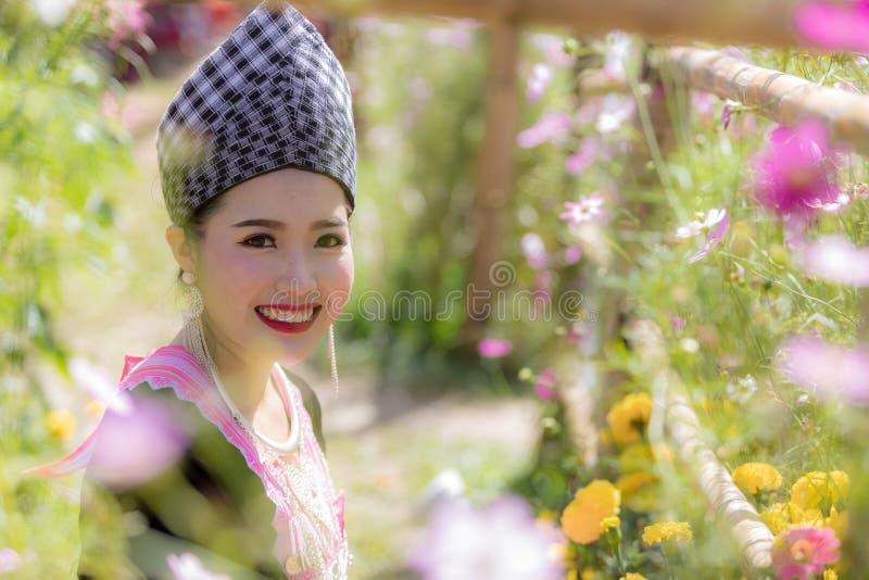 Den Hmong flickan i den färgrika härliga klänningen och mode blandade mellan ny och gammal kultur, är handgjorda för festival Hmo royaltyfri fotografi