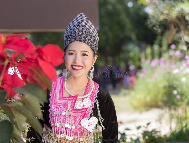 Den Hmong flickan i den färgrika härliga klänningen och mode blandade mellan ny och gammal kultur, är handgjorda för festival Hmo arkivfoto