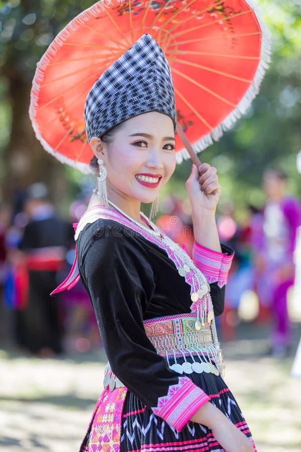 Den Hmong flickan i den färgrika härliga klänningen och mode blandade mellan ny och gammal kultur, är handgjorda för festival Hmo arkivbilder