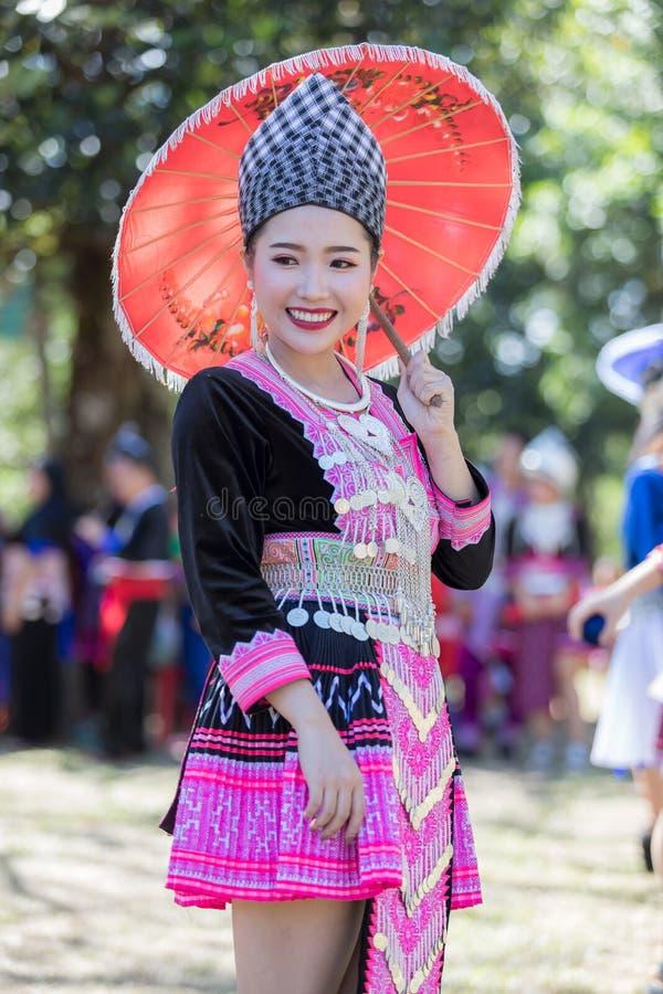 Den Hmong flickan i den färgrika härliga klänningen och mode blandade mellan ny och gammal kultur, är handgjorda för festival Hmo royaltyfri bild